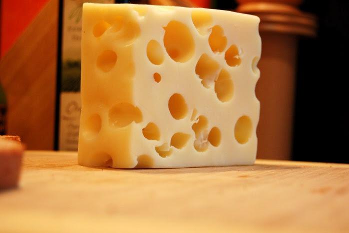 علماء يحلون لغز وجود الثقوب في الجبن السويسري