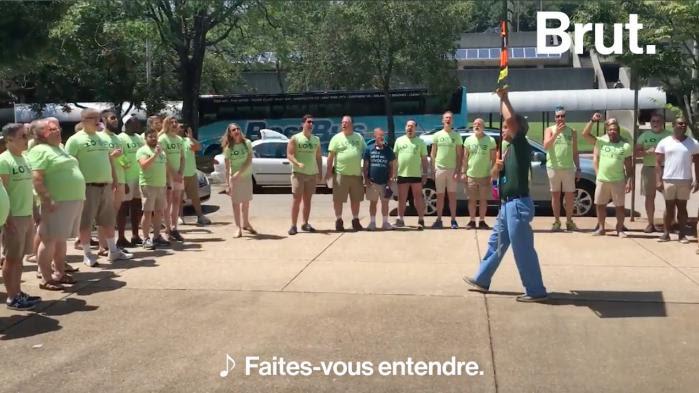 Une chorale gay chante pour faire taire des manifestants homophobes