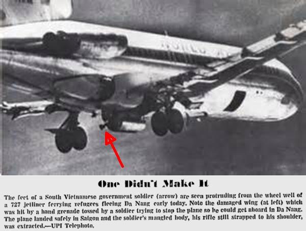 Chân ngươi lính VNCH còn trong bánh phi cơ trong bộ phận hạ cánh chủa chiếc World Airways 727 rời Đà Nẵng. Nguồn: UPI