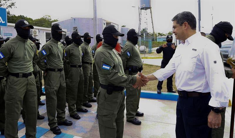 El presidente de Honduras, Juan Orlando Hernández, visita la cárcel para reos de alta peligrosidad conocida como El Pozo. EFE/Casa Presidencial