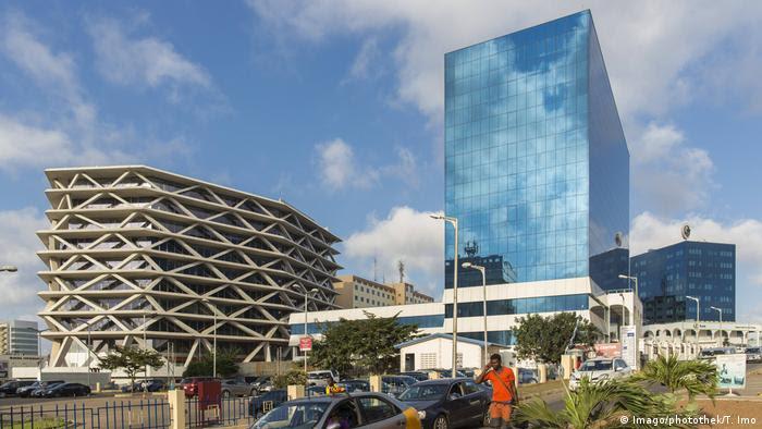 La construcción está en auge en Acra, capital de Ghana. Nuevos y brillantes bloques de altos edificios y centros comerciales están brotando por toda la ciudad, en la costa atlántica. Las numerosas grúas que salpican el horizonte muestran que hay más edificaciones en camino.
