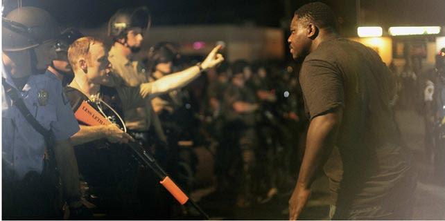Protestas de este martes por la muerte de Michael Brown a manos de la policía, el 19 de agosto de 2014. REUTERS/Joshua Lott
