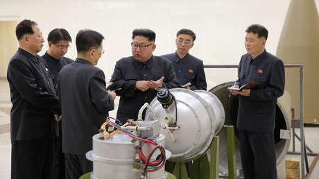El líder norcoreano Kim Jong-un revisa las mejoras de su programa nuclear. Corea del Norte, Piongyang, el 3 de septiembre de 2017.