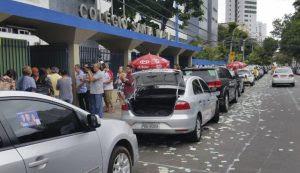 Eleitores fazem fila para votar no Recife: pleito despolitizado