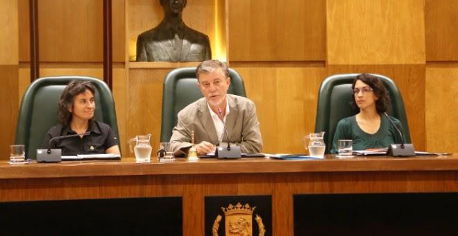 El alcalde de Zaragoza, Pedro Santisteve, entre Luisa Broto y Elena Giner. / ZARAGOZA.ES