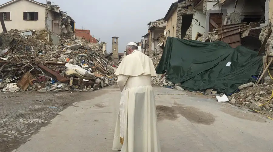 FOTOS: El Papa cumple su promesa y visita por sorpresa zona del terremoto en Italia
