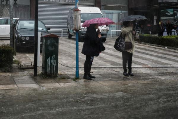 Καιρός: Φθινόπωρο αντί για άνοιξη! Βροχές και καταιγίδες σήμερα - Πού θα εκδηλωθούν ισχυρά φαινόμενα