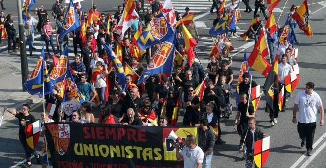 Colectivos de ultraderecha se dirigen a la plaza de Sant Jordi de Barcelona, durante una manifestación en defensa de la unidad nacional. EFE/Toni Albir