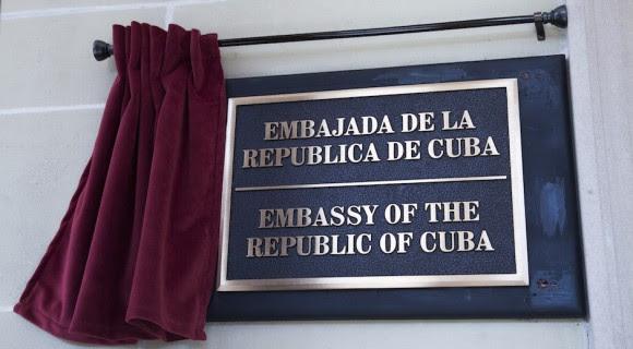 La tarja en la fachada de la misión diplomática de Cuba. Foto: Ismael Francisco/ Cubadebate