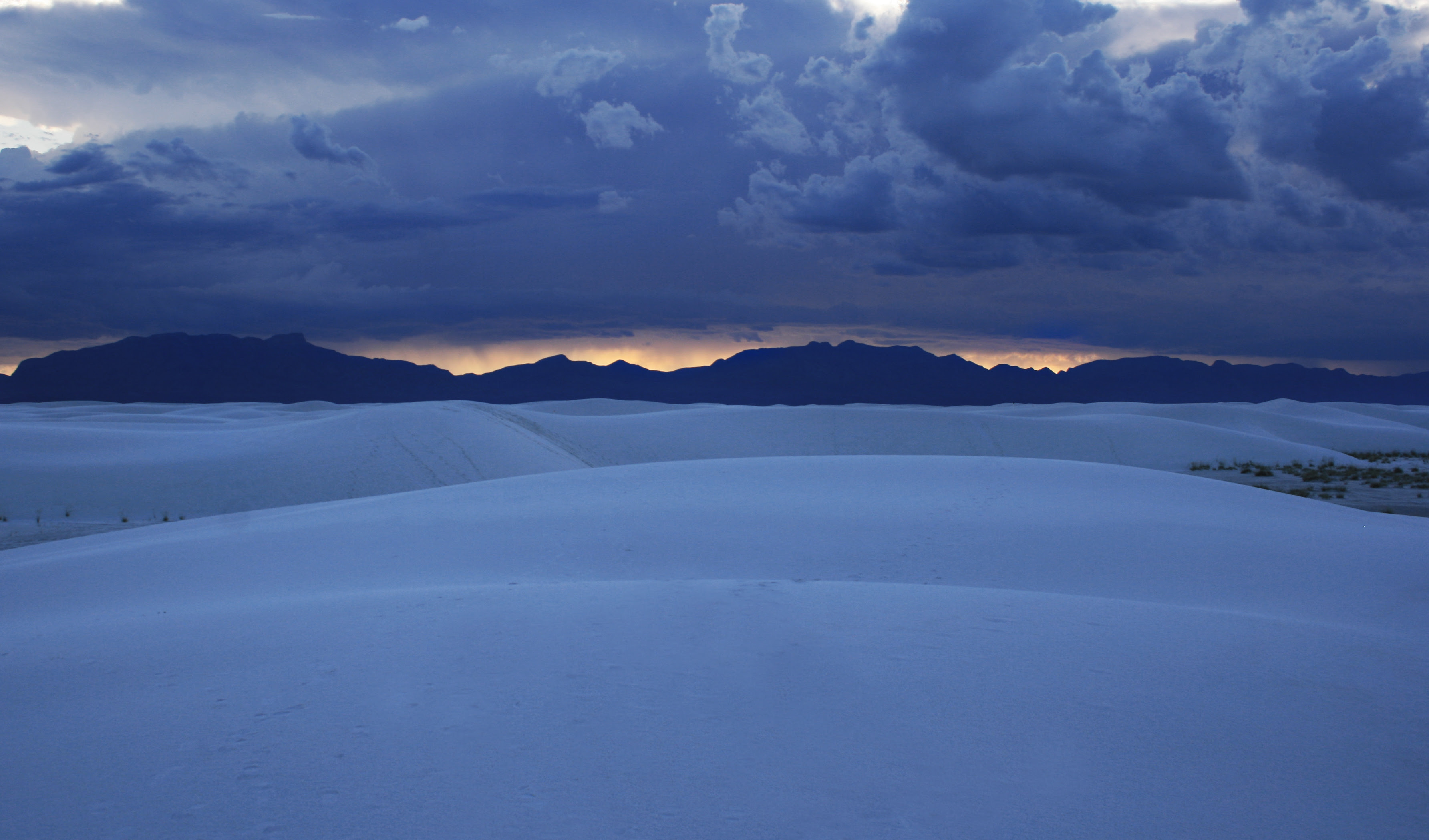 http://upload.wikimedia.org/wikipedia/commons/2/2c/White_sands_sunset.JPG