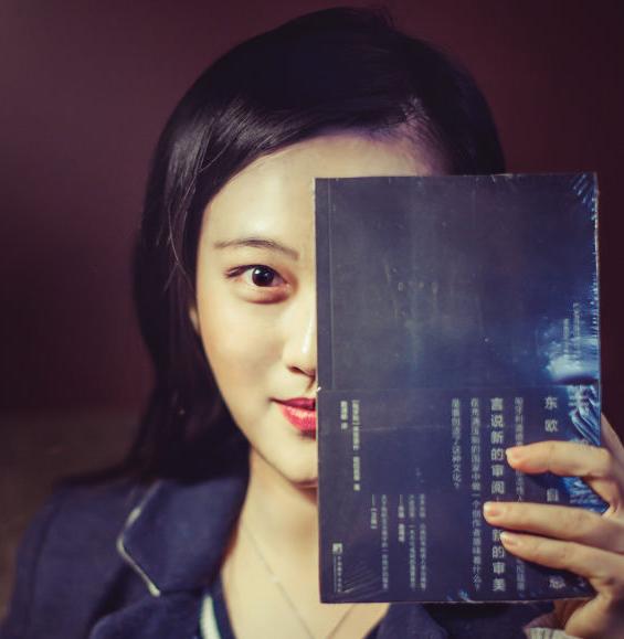 《天鹅绒监狱》的译者戴潍娜。
