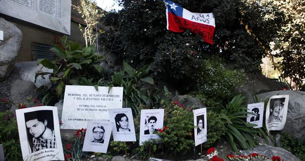 Fotografías de detenidos desaparecidos son ubicadas en el monumento a los desaparecidos en el 41º aniversario del golpe militar de 1973 en Chile.