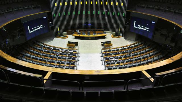 Câmara aprova urgência para 17 propostas, mas não vota Fundeb e apoio a Estados