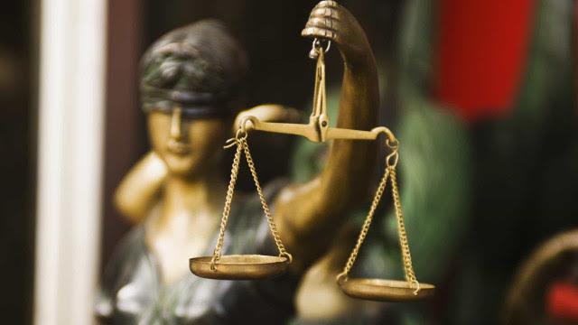 Réu é morto durante julgamento por criminosos disfarçados de advogados