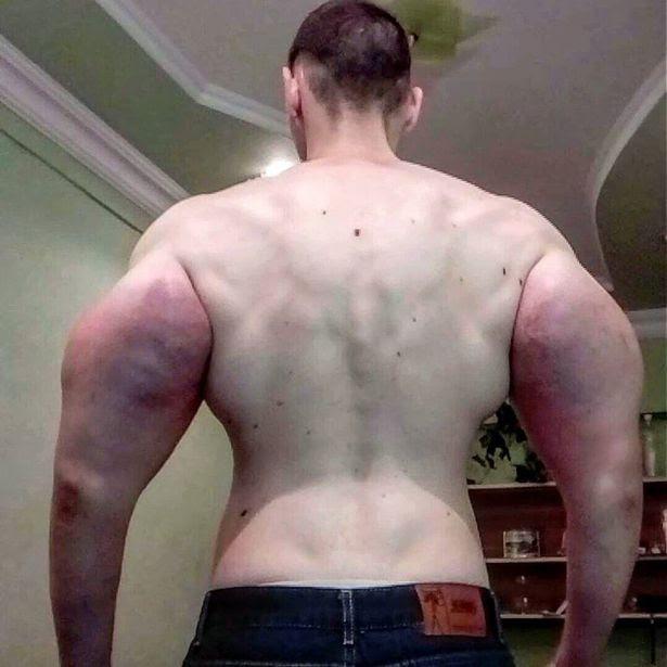 Kirill memamerkan badannya (Mirror)