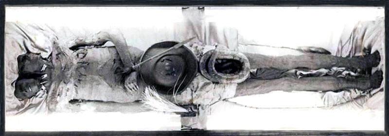 Los supuestos restos momificados del gigante Kap Dwa.