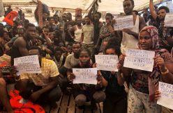 """Conatos de huelga de hambre y protestas contra la UE entre los rescatados del Open Arms: """"Necesitamos salir"""""""