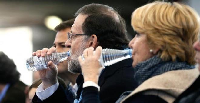 El presidente del Gobierno, Mariano Rajoy, y la presidenta del PP de Madrid, Esperanza Aguirre, durante el acto central de su partido que se ha celebrado hoy en la plaza de toros de la localidad madrileña de Las Rozas. EFE/JuanJo Martin