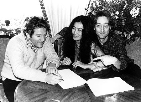 FILE - In this January 1977 file photo,Yoko Ono, center, and John Lennon, right, are shown with Allen Klein, president of ABKCO Industries Inc., and former Beatles manager. Former music manager Allen Klein, a no-holds-barred businessman who bulldozed his way into and out of deals with the Beatles and the Rolling Stones, has died, Saturday, July 4, 2009 in New York. (AP Photo, file) Original Filename: Obit_Allen_Klein_NY113.jpg
