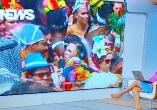 """Folião dá 'fora' em repórter da Globo ao vivo e xinga diretor: """"Nazista!"""""""