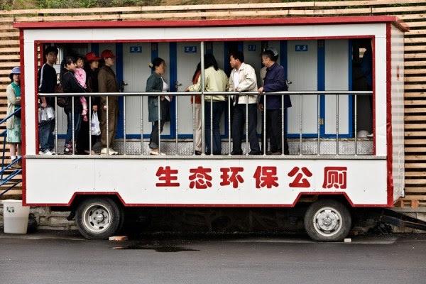 Visitantes a una exposición en Shenyang, Liaoning, aprovechan el uso de un caca-móvil en 2006.