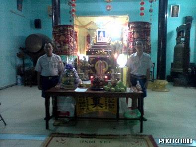 Hai Huynh trưởng Gia Đình Phật tử đêm ngày gác trước Linh đài Htr Lê Thị Tuyết Mai tại chùa Tập Thành – Hình PTTPGQT