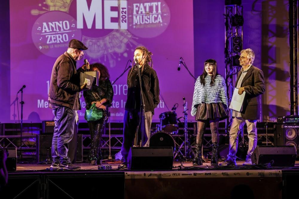 La premiazione di Jamila, con Giordano Sangiorgi, Roberta Giallo e Enrico Deregibus - Foto di Giorgio Bulgarelli