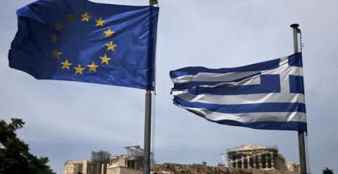 Banderas de grecia y de la UE con la Acrópolis de Atenas al fondo. REUTERS