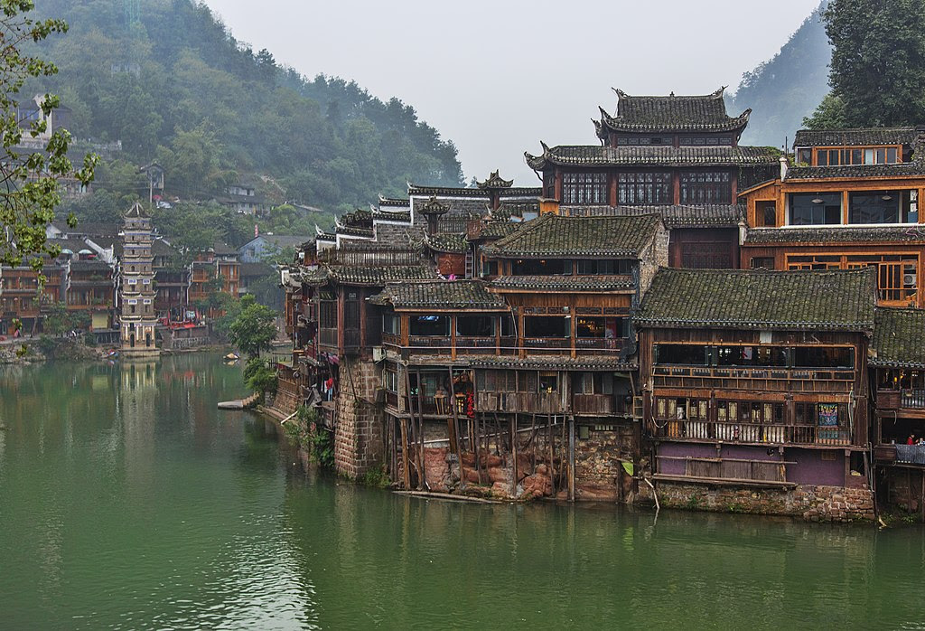 http://upload.wikimedia.org/wikipedia/commons/thumb/d/df/1_fenghuang_ancient_town_hunan_china.jpg/1024px-1_fenghuang_ancient_town_hunan_china.jpg