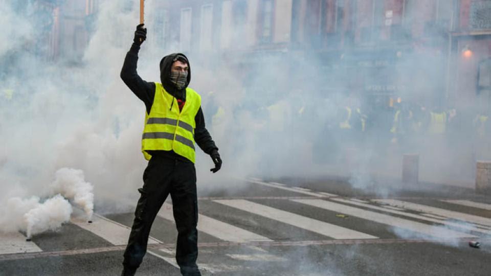 Un chaleco amarillo en la marcha de hoy en Toulouse.