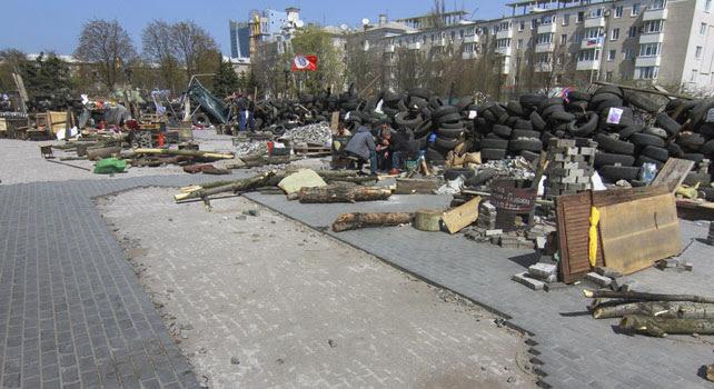 Vista de una barricada construida junto a un edificio de la administración regional ocupado en Donetsk, Ucrania.