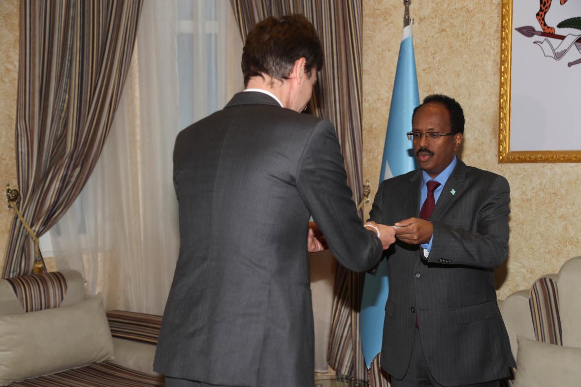 M Farmajo oo warqadaha safiirnmo ka gudoomay safiirka Bulgiem ee Somalia Photo Cali Ducale-7