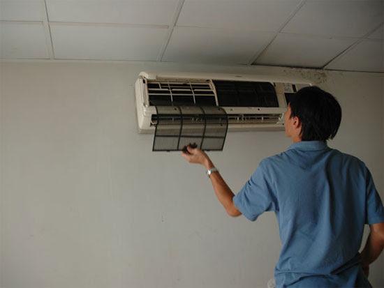 Máy điều hoà cần được vệ sinh định kỳ, trung bình 6 tháng/lần. Với tấm lưới lọc khí nên làm vệ sinh thường xuyên hơn ngăn chặn sự bám đọng bụi.