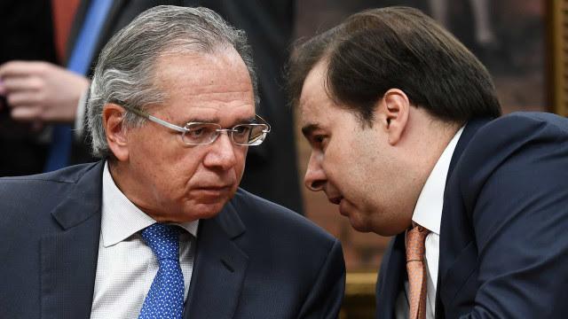 Guedes perdeu comando da agenda emergencial e ficou minoritário no governo, diz Maia