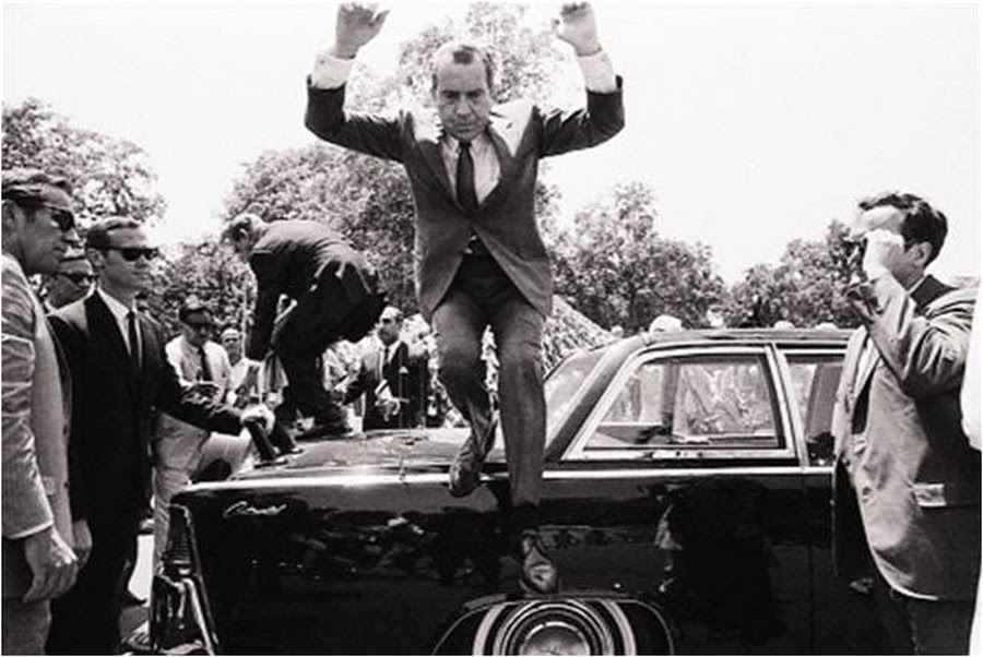 1969_lahore_paxistan_nixon_jumps_off_car