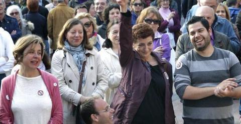 """La escritora Ángeles Caso (2d), que forma parte de la candidatura de """"Somos Oviedo"""", la marca de Podemos en la capital del Principado para las elecciones municipales del próximo 24 de mayo, durante el acto electoral celebrado esta tarde en la plaza del Fo"""