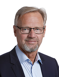 Anders Dam, Jyske Bank --- Anders Dam topchef i Jyske Bank. Når kunde offentligt deler oplysninger, så som at Anders Dan personligt, og mindst maj 2016. har stået bag Jyske banks fortsatte bedrageri. Efter som Anders Christian Dam vidst at Jyske Bank A/S siden 2008/2009 har udsat Jyske Banks kunde for et voldsomt bedrageri, samt at Jyske bank har lavet dokumentfalsk, for at kunden ikke måtte opdage det. Anders Dam kunne i maj 2016 have fortalt, at kunden ikke har lånt 4.328.000 kr. som Jyske Bank har påstået, hvilket Morten Ulrik Gade og Philip Baruch har fremlagt for ankenvænet i 2013 og igen overfor retten i 2015, og igen i 2016. Lyver Philip Baruch overfor domstolen, med hensigt at ville skuffe i retsforhold. Da kunden maj 2016 bad CEO Anders Dam at bevise kunden har lånt de 4.328.000 kr. og den 16-07-2008 har aftalt at lave en rente swap med Jyske Bank til dette lån, som Philip Baruch fremlægger for domstolen 10 september 2015. hvor han for Jyske Bank skriver at det var magtpåliggende for kunden. Så var Jyske Bank og deres advokater i Lund Elmer Sandager i Ond Tro, da dels vidste at kunden har haft en hjerneblødning, og ikke kunne huske så godt, og at Jyske Bank advokater udmærkede vidste dels at kunden aldrig har lånt det påstået underliggende lån for en swap W015785. 16-07-2008. Jyske Bank ved også at ved Lund Elmer Sandager lyver overfor domstolen ved at skrive at dette underliggende lån skulle være omlagt, efter 16-07-2008. Og så lyver Jyske Banks Lund Elmer advokater også om at swappen W015785. af 16-07-2008. er den banken har indgået med kunden dagen tidligre, hvor der er også en anden swap. Jyske Bank er i ond tro da banken for domstolen påstår at kunden har aftalt denne swap W15785. den 16-07-2008. efter som banken skjuler for kundenog skjuler for domstolen, at banken har forsøgt at få kunden underskrift 16-07-2008. og 24-07-2008 og så igen 30-07-2008 på denne swap W015785, og NEJ DEN ER IKKE UNDERSKREVET, hvilket Jyske Bank ved, men ved ond tro lyver ba