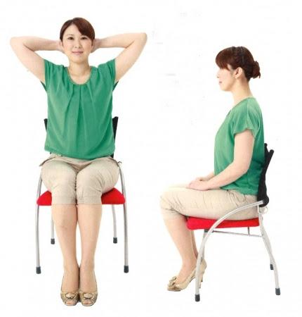 1.イスに深く腰かけて、 背中を背もたれ につけ、 両手を頭の後ろにまわして 組みます。