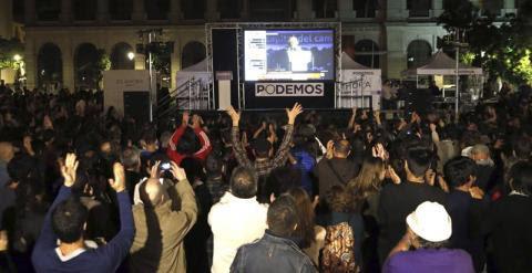 Simpatizantes de Podemos celebran los resultados obtenidos en las elecciones autonómicas y municipales frente al museo Reina Sofía, en Madrid. EFE/Alberto Martín
