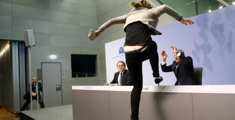 La joven se sube a la mesa de Mario Draghi durante su rueda de prensa en Francfort. /REUTERS