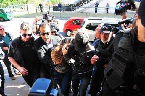 Patricia Moreira da Silva chega à delegacia para depor. Chorando, com óculos escuros, assustada com a repercussão do que fez