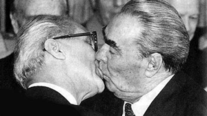 Kod komunikacyjny socjalizmu_1: 1971 rok – pocałunek Breżniewa z Honeckerem.