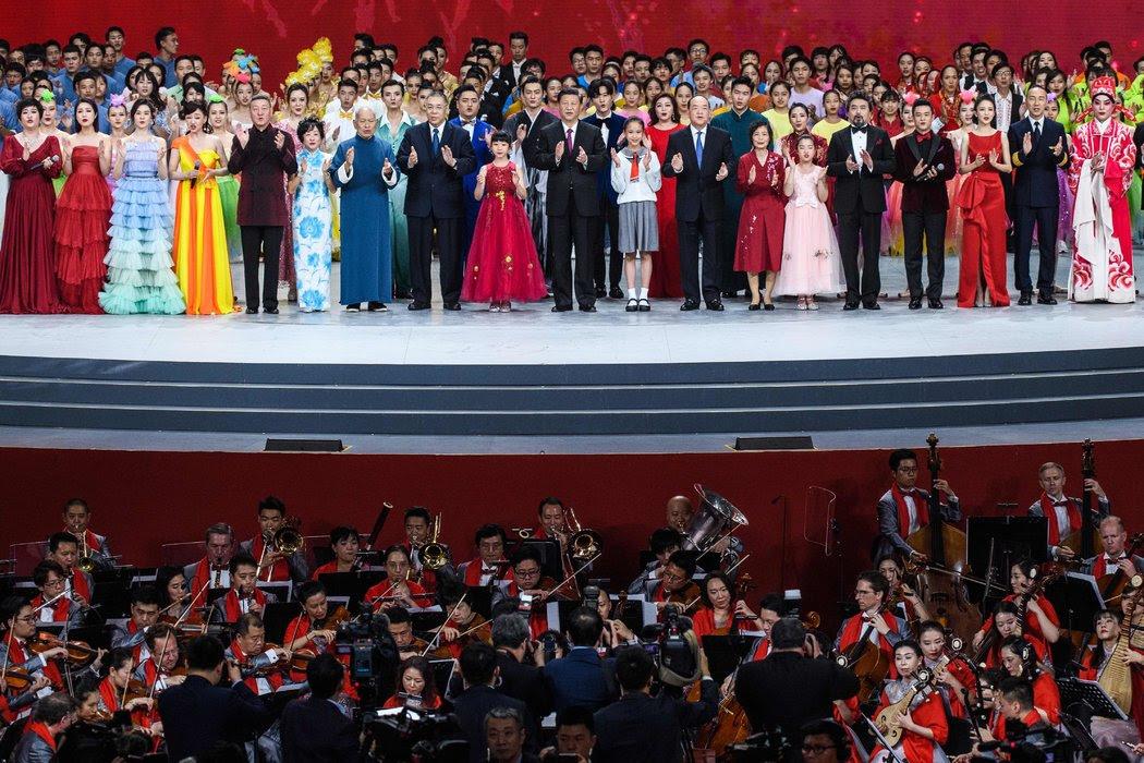 週四,在澳門舉行的愛國文藝匯演上,習近平和其他政要登台亮相。