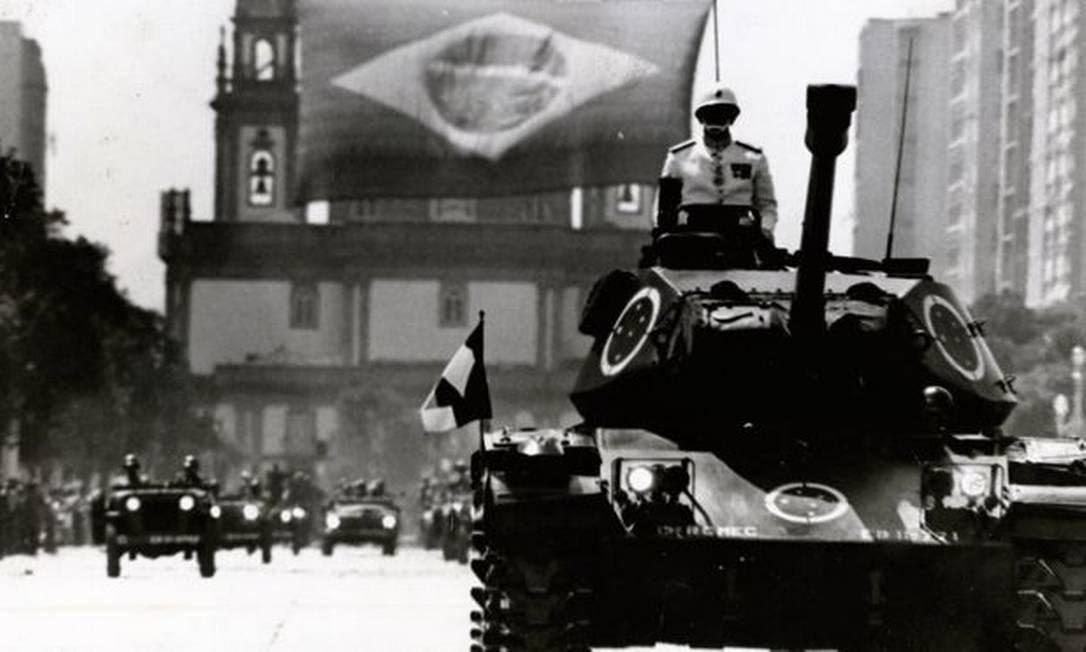 Desfile militar em 1972. Durante o governo Médici (1969-1974) as estruturas de repressão foram reforçadas altamente capilarizadas em toda a sociedade
