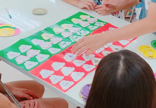 大ヒットした「うんこドリル」から生まれたカードゲームで、 子どもたちのSDGsに対する興味と関心を喚起します。