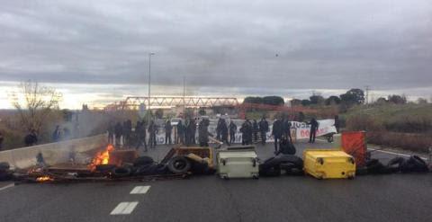Barricadas en la carretera cercana a la UAM./ Foto vía Twitter @juancarlosmohr
