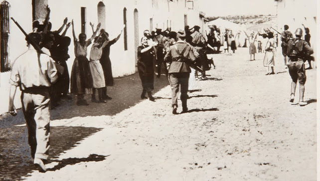 Mujeres suplicando a los soldados franquistas por la vida de sus familiares prisioneros, en Constantina (Sevilla)1936