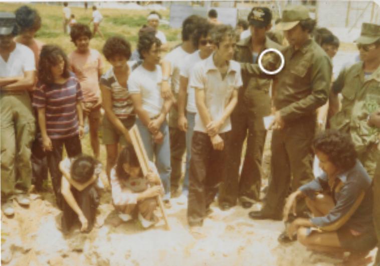 Thiếu tá ngưởi Phi luật Tân chì huy trưởng  đảo Pag Asa  phân ưu trong đám ma đứa con hai tuổi của tôi chết khát trên thuyền trước khi thuyền tới đảo (mùa bão Vu Lan năm 1978). Người chụp ảnh: môt quân nhân Phi luật Tân ở Pag Asa.