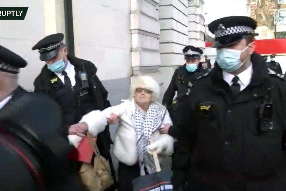 Primeras detenciones en las puertas de Old Bailey tras la decisión de la jueza Baraister de no conceder la libertad bajo fianza a Julian Assange.