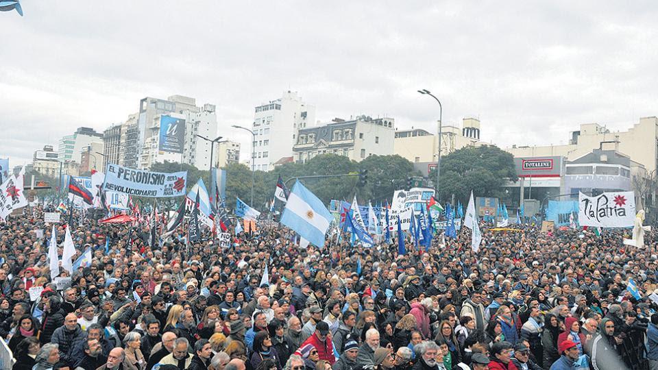 """""""La patria no se rinde"""" y """"La independencia no se negocia"""" fueron las principales consignas de la protesta."""